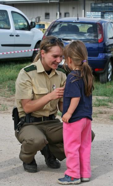 conversa uniforme assistencia policial crianca policia