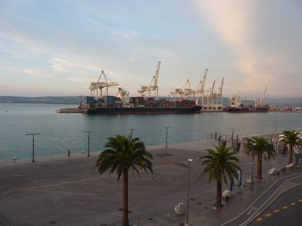 containerhafen, mit, schiff, in, koper, , slowenien - 6639671