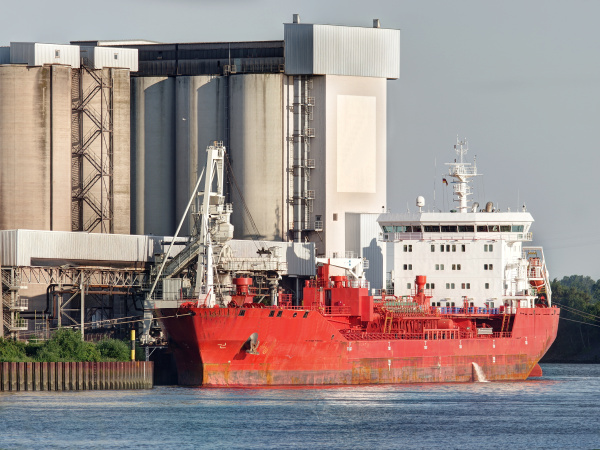petroleiro no porto de hamburgo