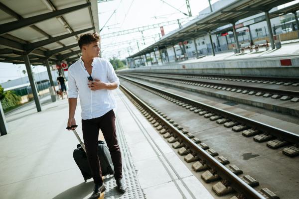 esperar espera estacao trem veiculo transporte