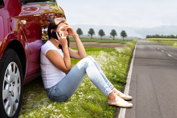 mulher que senta se na estrada