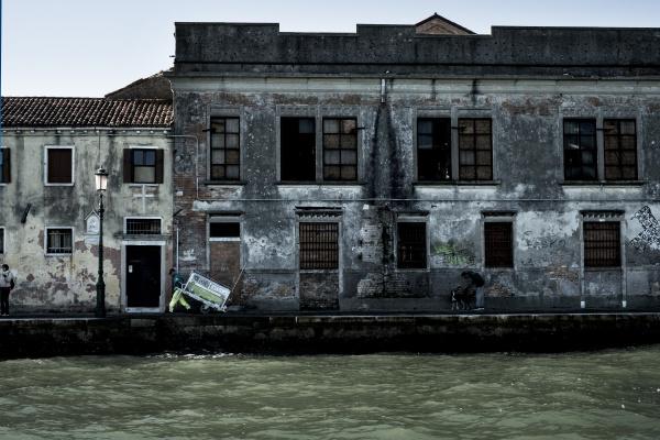 vista exterior de um edificio negligenciado
