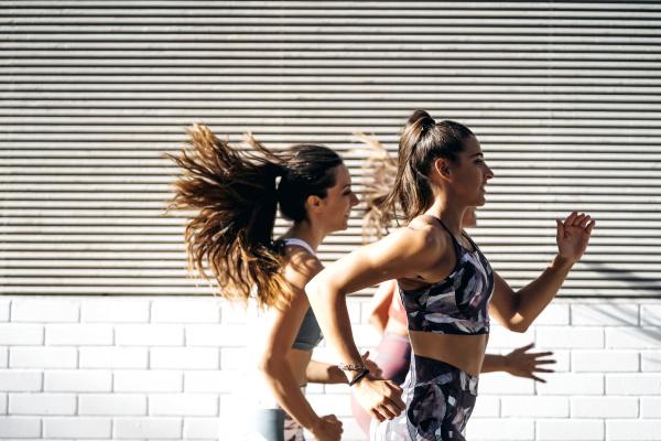 três, jovens, esportivas, correndo, na, cidade - 27368181