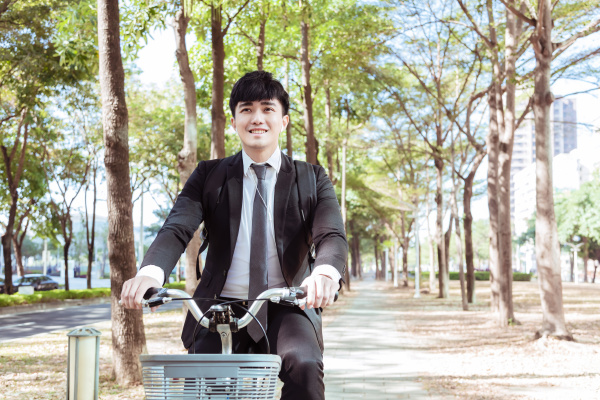 empresario andando de bicicleta para trabalhar