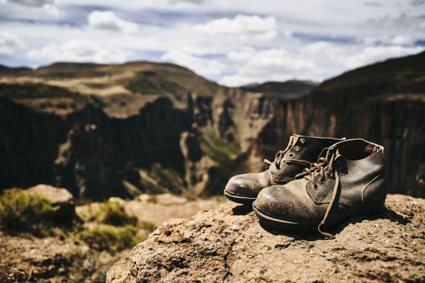 velhas botas de caminhada no topo