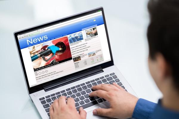 empresario lendo noticias no laptop