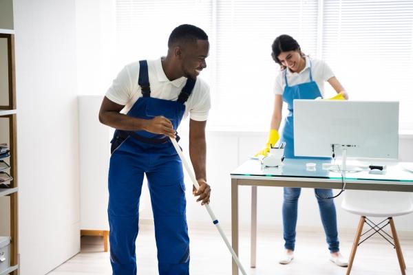 escritorio de limpeza de faxineiros masculinos