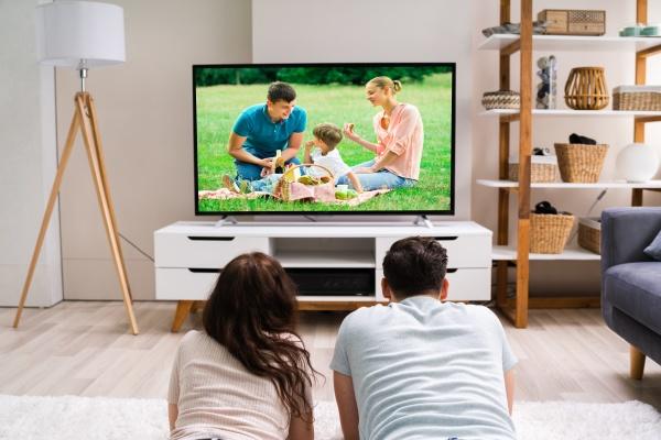familia feliz assistindo tv ou filme