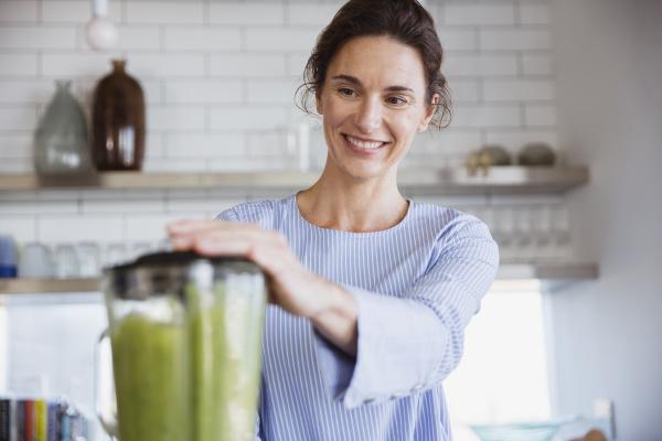 sorrir mulher fazer saudavel verde smoothie
