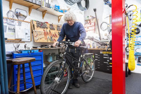 mecanico de bicicletas trabalhando em loja
