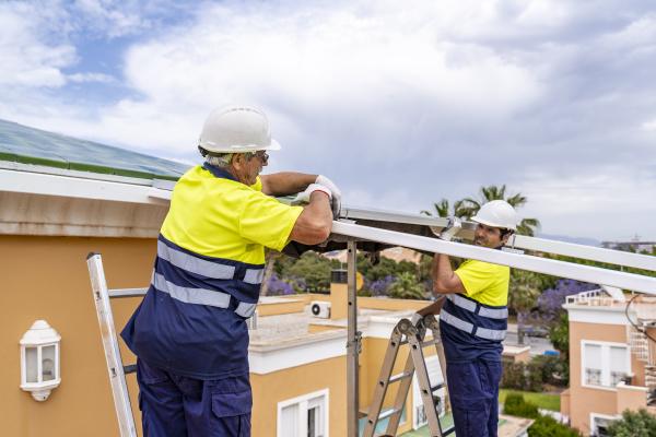 colegas homens instalando paineis solares no