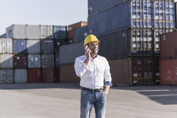 retrato de empresario ao telefone em