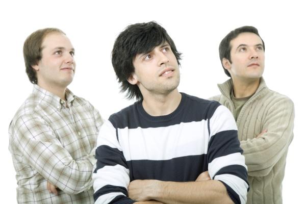 tres homens casuais isolados em fundo