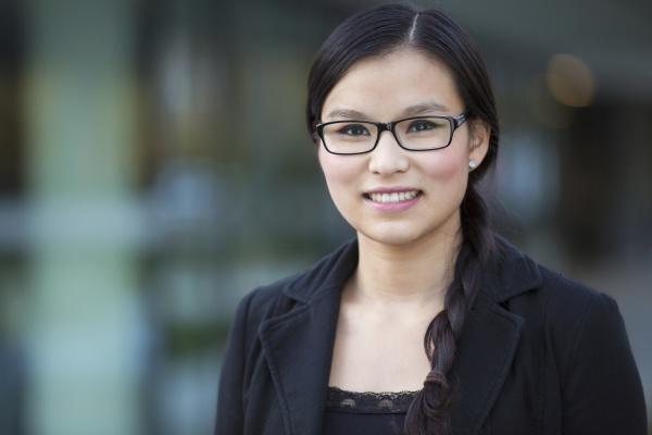 retrato de jovem empresaria sorridente usando