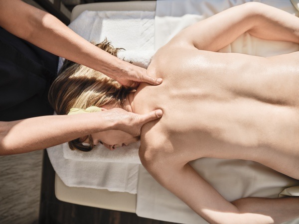 maos de mulher madura fazendo massagem