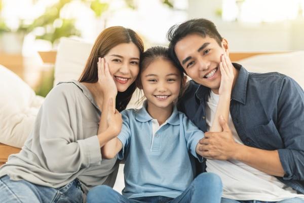 familia feliz sorrindo e abracando no