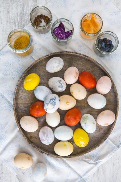 ovos de pascoa coloridos em um