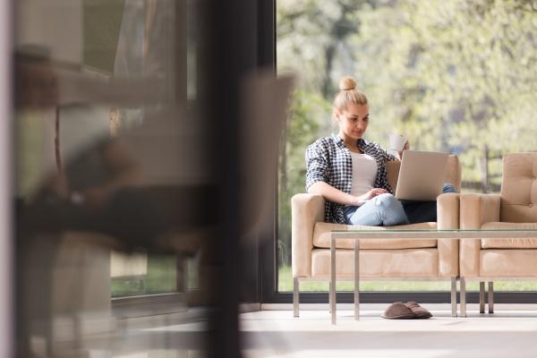 mulher real usando laptop em casa