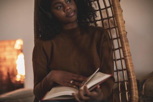 jovem, atenciosa, lendo, livro, em, cadeira - 30221647