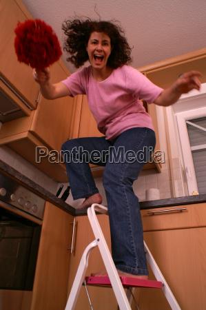 mulher escada perigo dona de casa