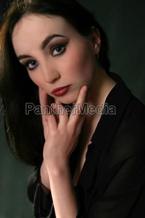 mulher blusa mao maos face retrato