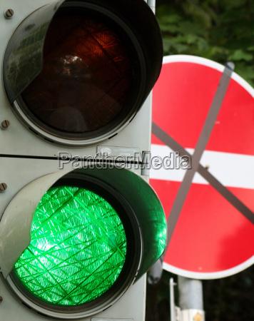 verde semaforo passagem proibir desvio paradoxal