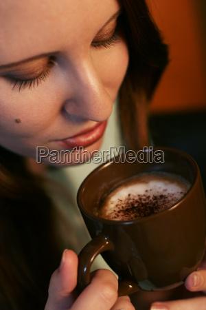 mulher cafe taca mao beber bebida