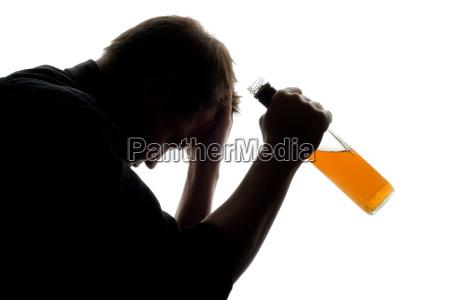 homem enfrentando problemas com alcool