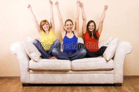 tres mulheres quando torcendo em um