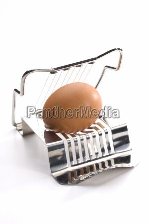 cortador do ovo com o ovo