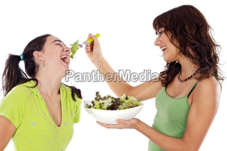 duas meninas bonitas com uma salada