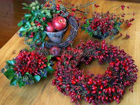 decoracao de outono com quadris rosas