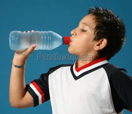 Agua bebendo do menino sedento
