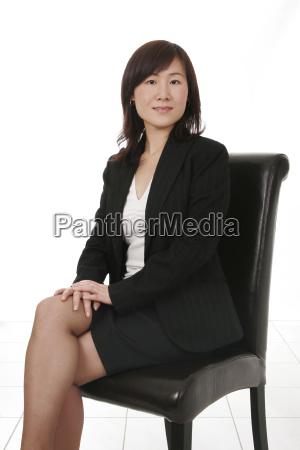 mulher de negocios asiatica com telefone