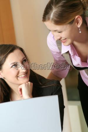 caderno computadores computador risadinha sorrisos mulher