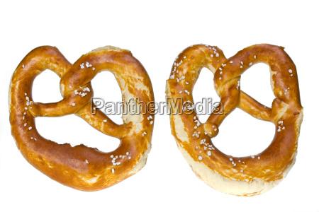 dois pretzels bavaros isolados no fundo