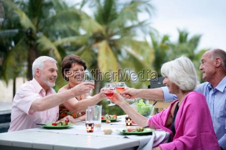 grupo de idosos amigos brindando