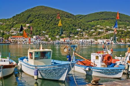 barcos de pesca no porto de