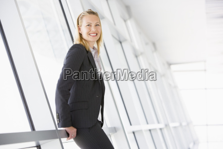 mulher salao escritorio risadinha sorrisos corredor