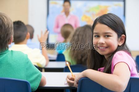 estudante na sala de aula olhando