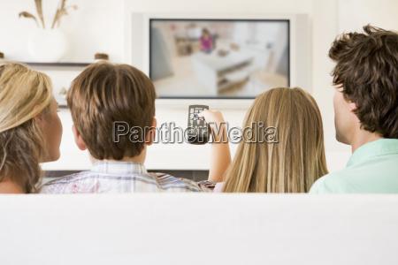 familia na sala com controle remoto