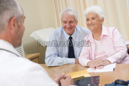 pares no escritorio do doutor sorrindo