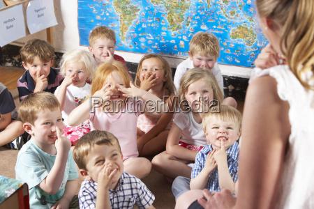 montessori pre escolar classe que escuta