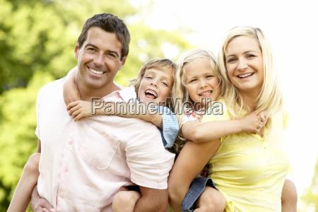 familie die spass in der landschaft