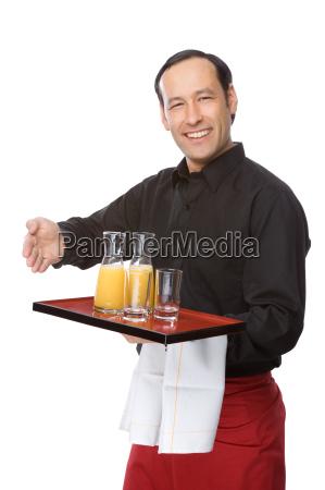 garcom servido suco de laranja