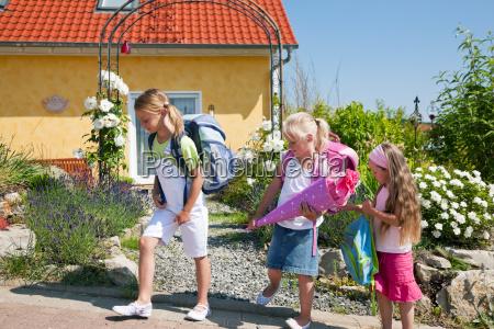 criancas na maneira a escola