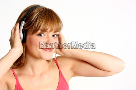 o adolescente escuta a musica
