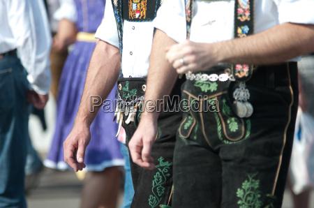 tradicao traje octoberfest calcas de couro