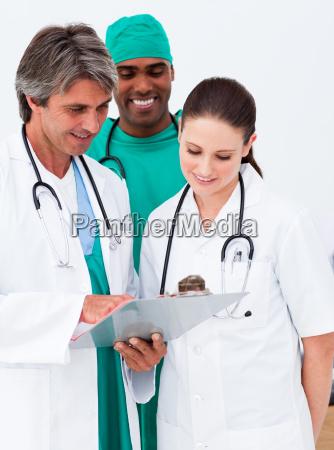 equipe medica que estuda uma historia