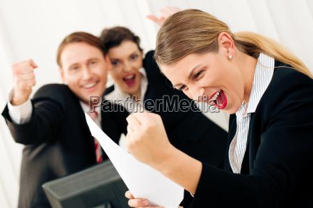 empresarios no escritorio comemoram o sucesso